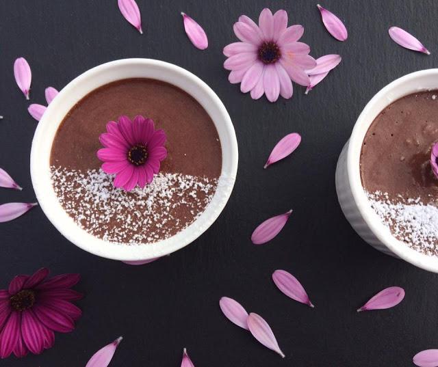 Mαμαδίστικη μους σοκολάτα με κομματάκια φράουλας