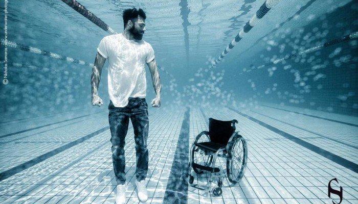 Ο παραολυμπιονίκης Αντώνης Τσαπατάκης φωτογραφίζεται όρθιος και συγκλονίζει