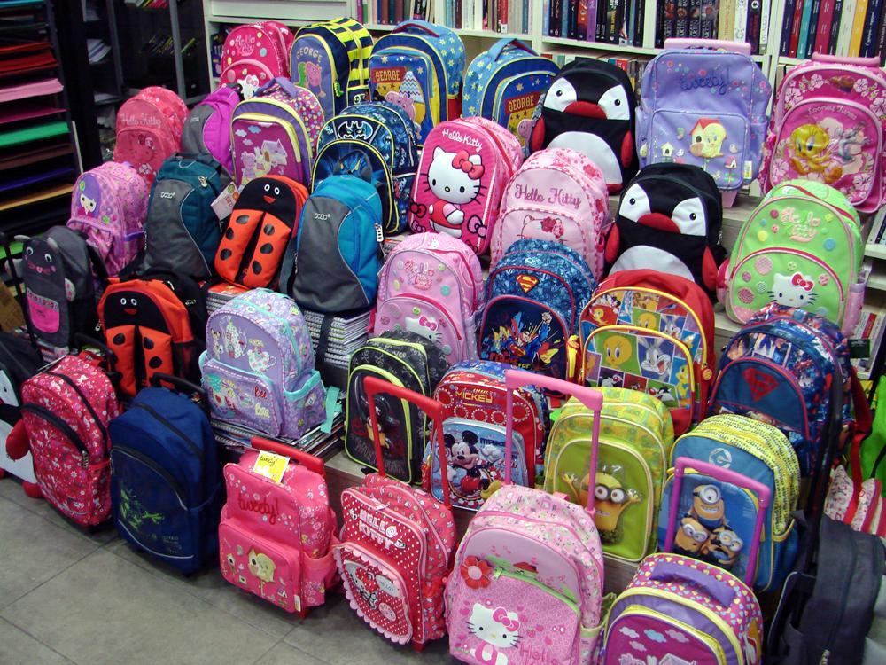 689221b97ec Αν επιλέξετε τσάντα σακίδιο, καλό θα είναι να εξηγήσετε στο παιδί ότι θα  πρέπει να τη φορά και στους δύο ώμους και όχι μόνο στον έναν.