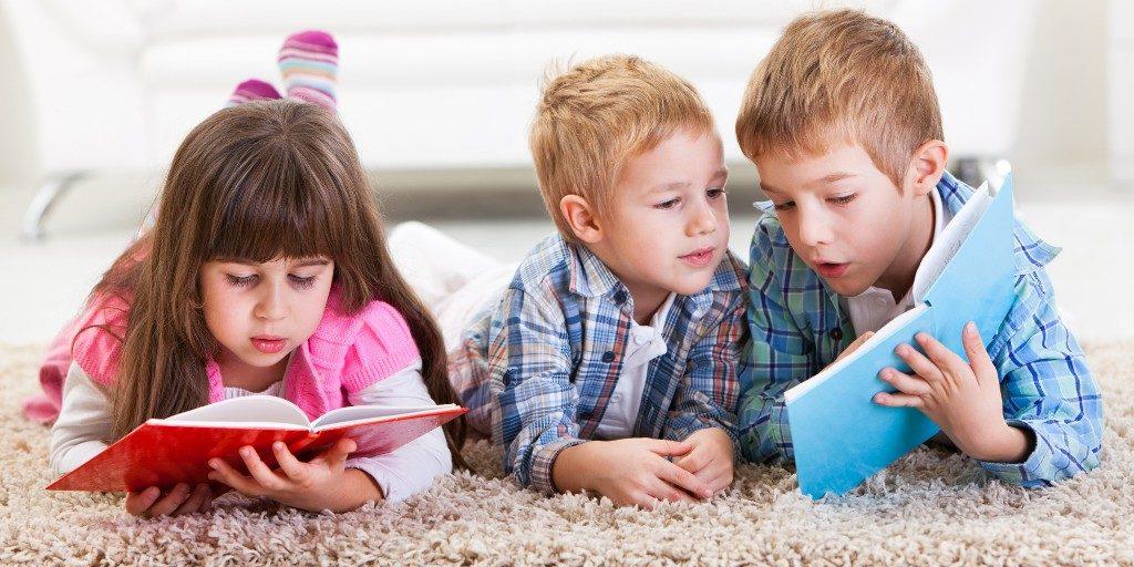 Μαμά βαριέμαι όσο διαβάζει ο αδερφός μου, πότε θα τελειώσει να παίξουμε;