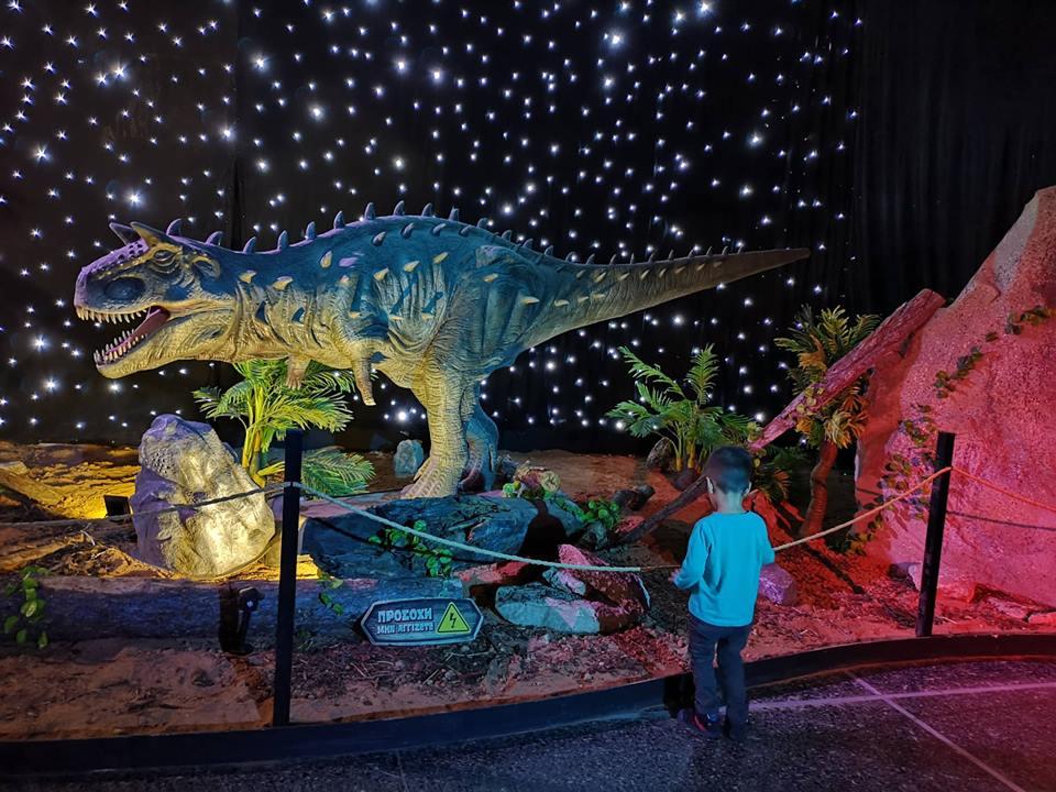 Οι Δεινόσαυροι ζωντανεύουν σ' ένα φανταστικό θεματικό πάρκο