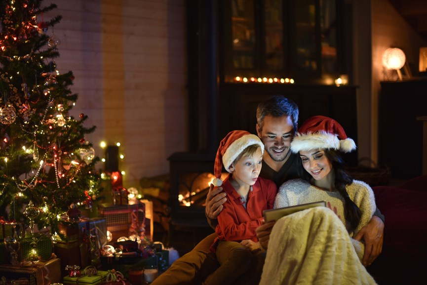 Χουχούλιασμα δίπλα στο Χριστουγεννιάτικο δέντρο συντροφιά με αγαπημένες ιστορίες…
