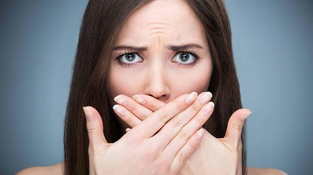 Μυρίζει το στόμα σας; Tips για να γλιτώσετε από τη στοματική κακοσμία και ξηροστομία