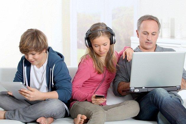 Τα παιδιά εθίζονται στις ηλεκτρονικές συσκευές γιατί παραδειγματίζονται από τους γονείς τους
