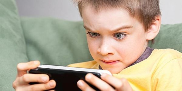 Πώς θα ξεκολλήσουν από τα εθιστικά παιχνίδια τα έφηβα παιδιά σας;