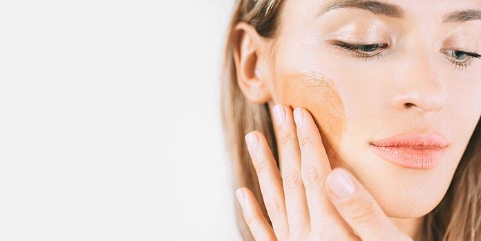 Πώς να χρησιμοποιήσω σωστά το self-tanner στο πρόσωπό μου;