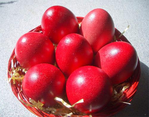 Πως θα βάψετε σωστά τα κόκκινα αυγά