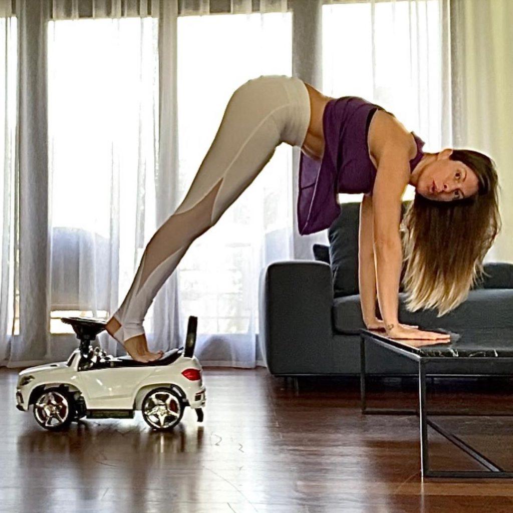 Γυμναστική για όλο το σώμα με ένα παιδικό αυτοκίνητο