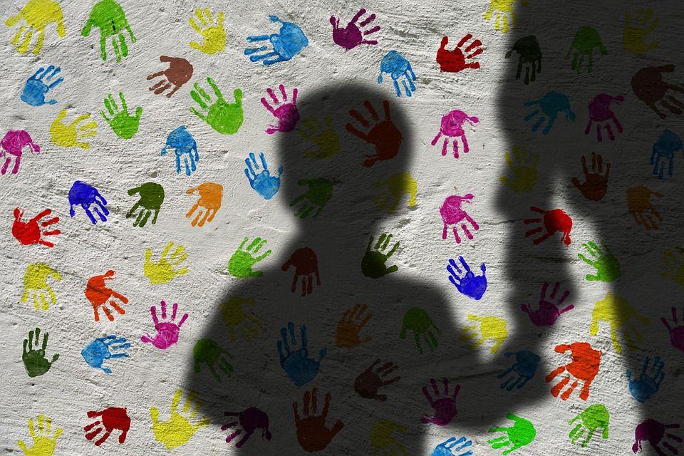 Πώς θα αναγνωρίσετε έναν παιδόφιλο; Οδηγίες προς γονείς και παιδιά