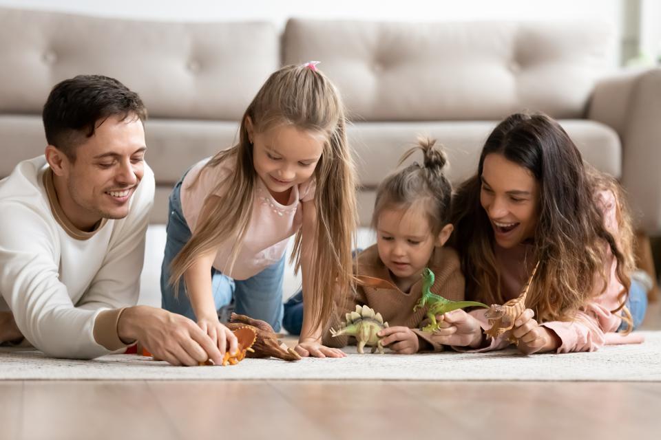 Πώς μπορούν οι γονείς να ενισχύσουν την έκφραση συναισθημάτων στην οικογένεια;